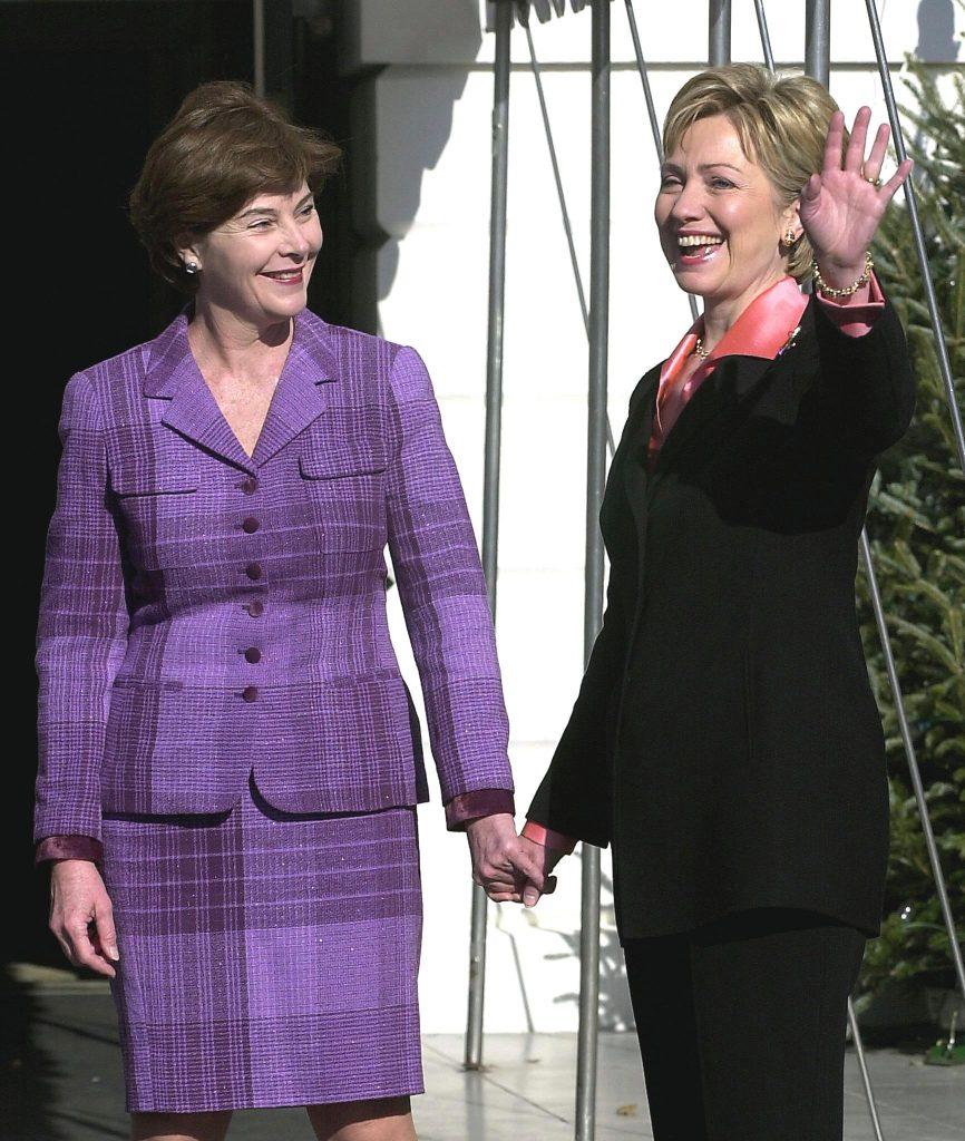 Toen de Bushes er eenmaal waren, liepen Hillary en Laura zelfs hand in hand: