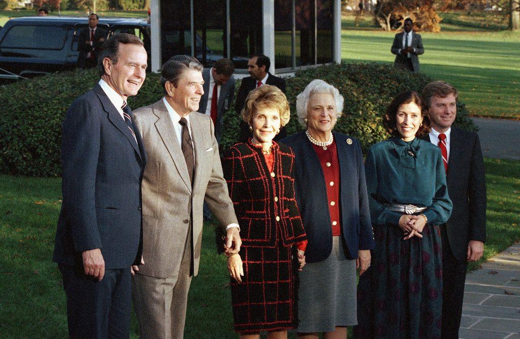In 1988 verwelkomden Ronald en Nancy Reagan hun opvolgers George en Barbara in het Witte Huis.