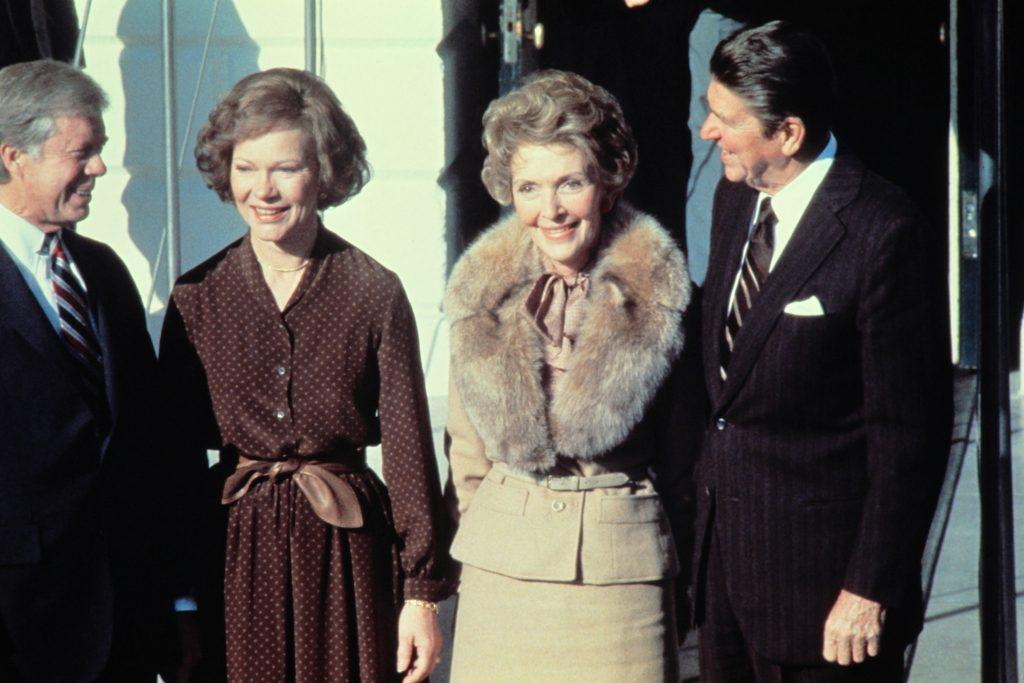 In 1980 lieten Jimmy en Rosalynn Carter (links) het Witte Huis aan Ronald en Nancy Reagan zien: