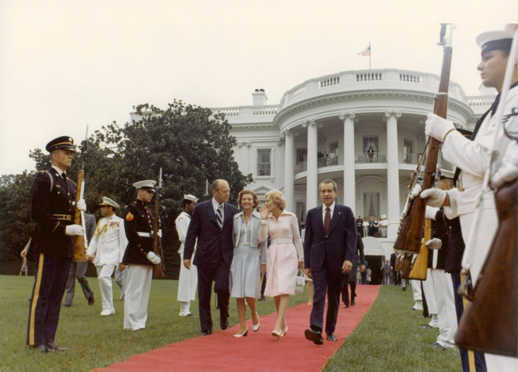 De Fords op hun beurt zwaaiden Richard en Pat Nixon uit toen ze het Witte Huis verlieten in 1974 (nadat Nixon was afgetreden vanwege het Watergate Schandaal).