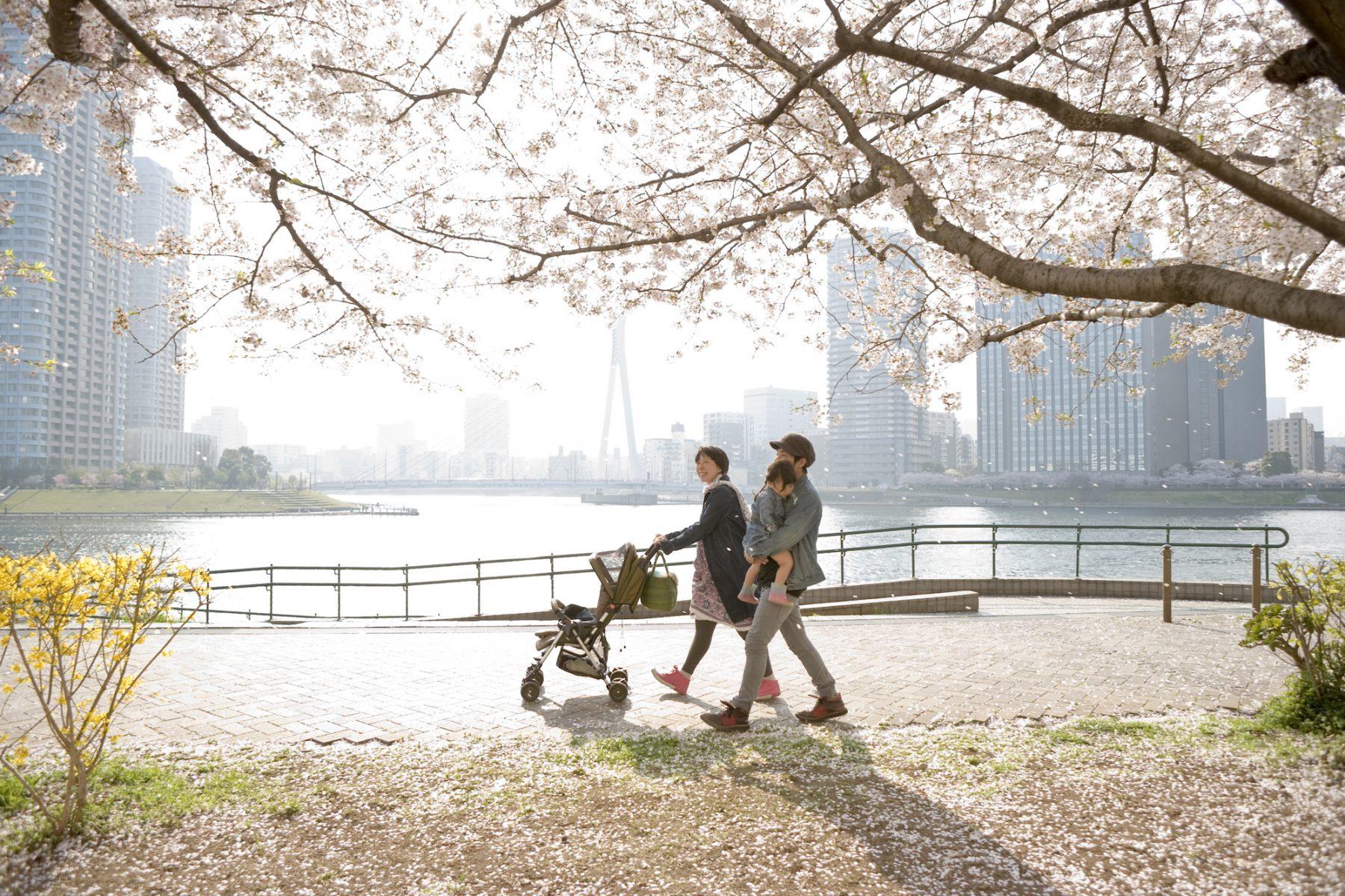 Gescheiden moeder huurt nepvader in voor haar Japanse dochter: 'Ik weet dat het drastisch is'