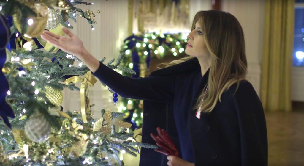 Melania Trump pakt uit met merkwaardige kerstbomen en Twitter piekt de pan uit