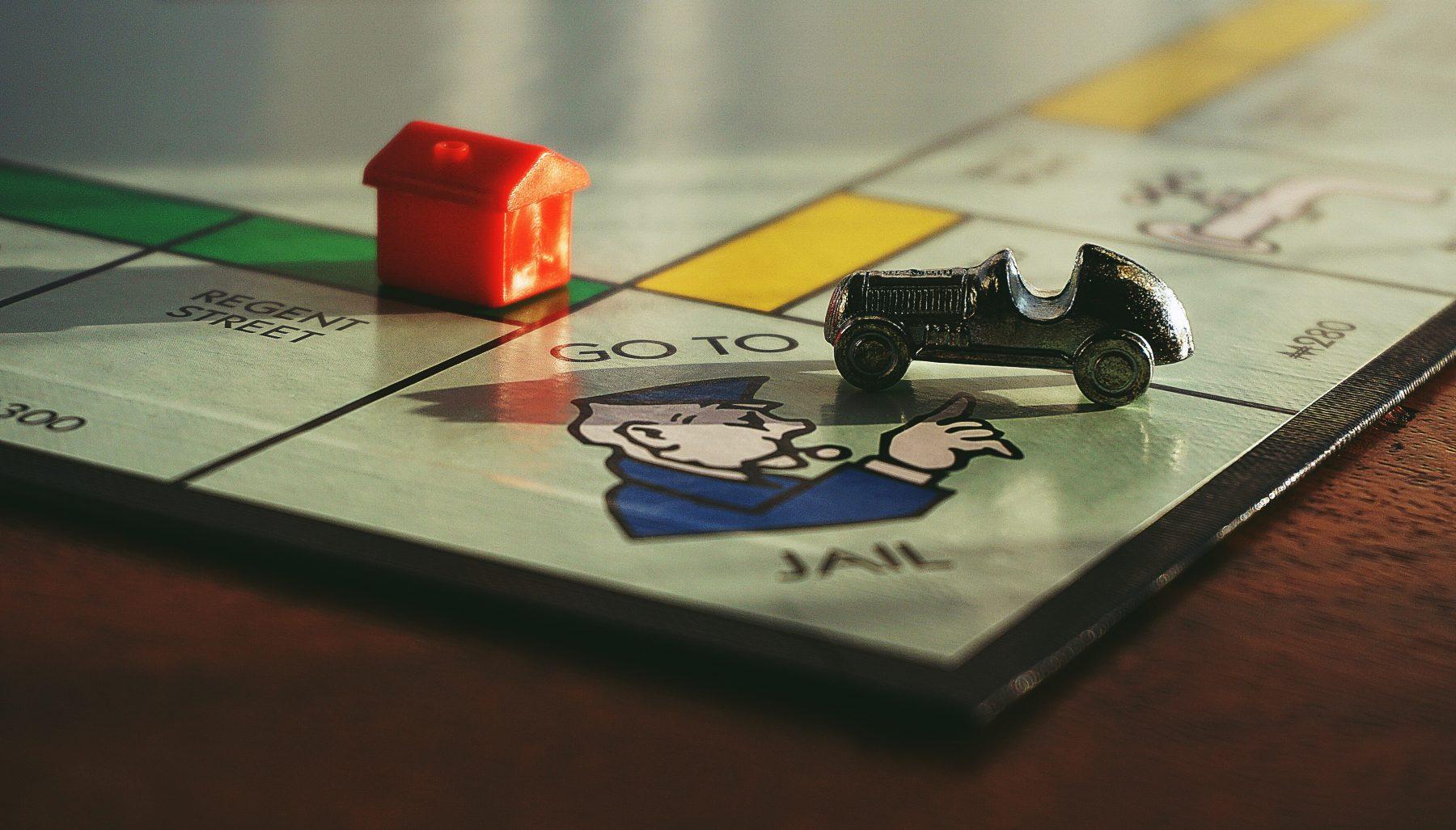Verlaat de gevangenis zonder te betalen: man zet Monopoly-kaart in na arrestatie
