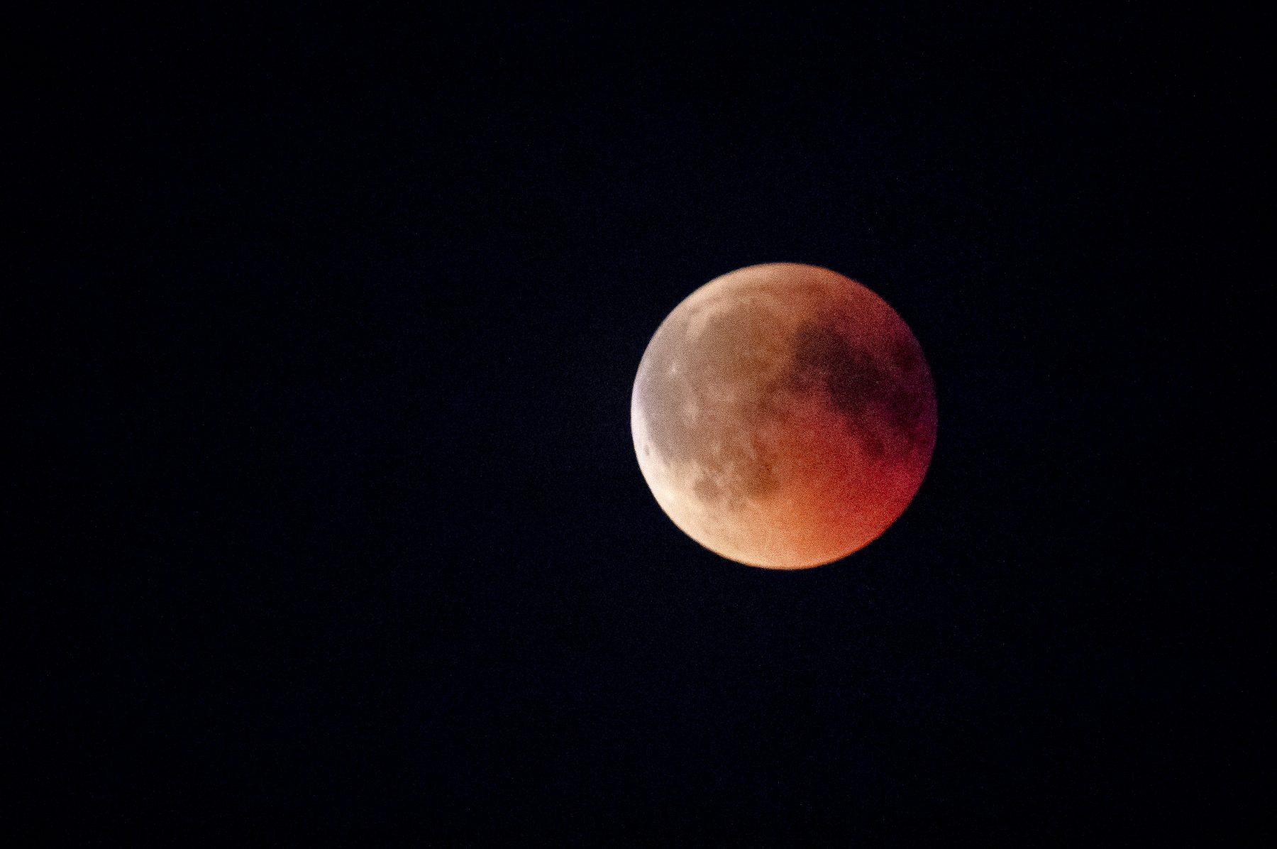 Maandag is het maan-dag: supermaan én bloedmaan goed te zien