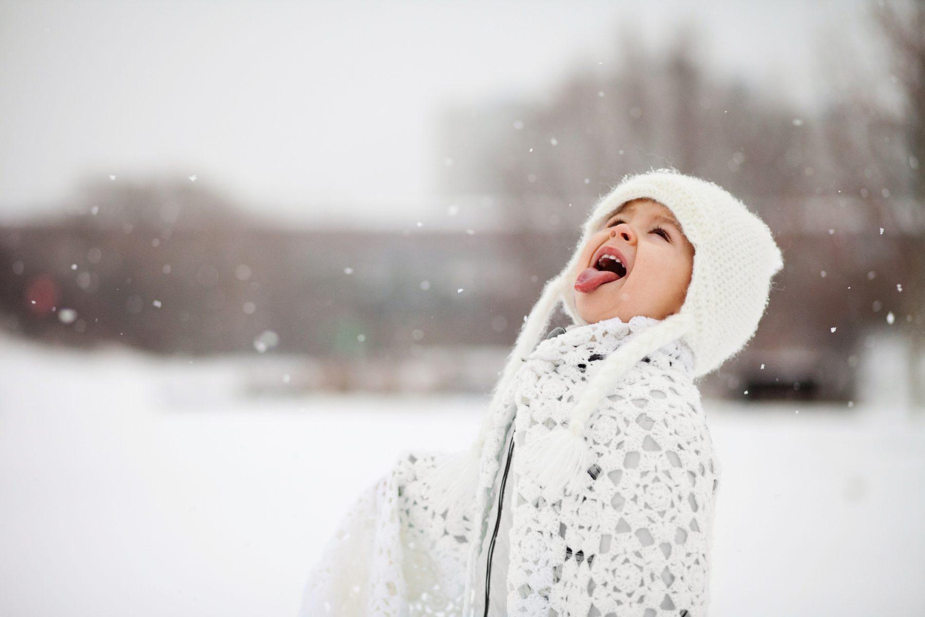 Slaapt je kind echt beter na 'sneeuwtrappelen' op blote voeten? Zo denkt een expert erover
