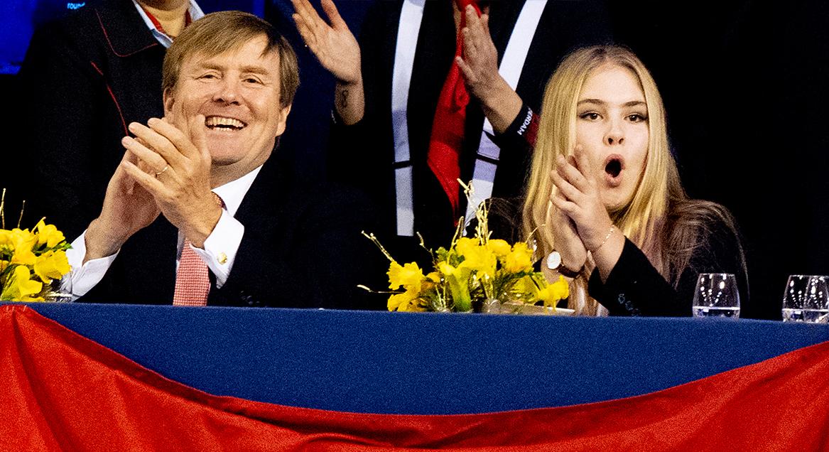 Fanatieke beelden koning Willem-Alexander en Amalia tijdens Jumping Amsterdam