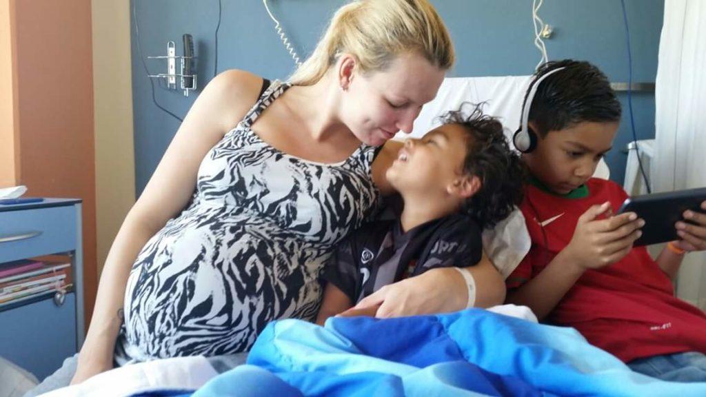 Heaven Leigh 28 weken zwanger - Heaven Leigh was zwanger van een eeneiige drieling