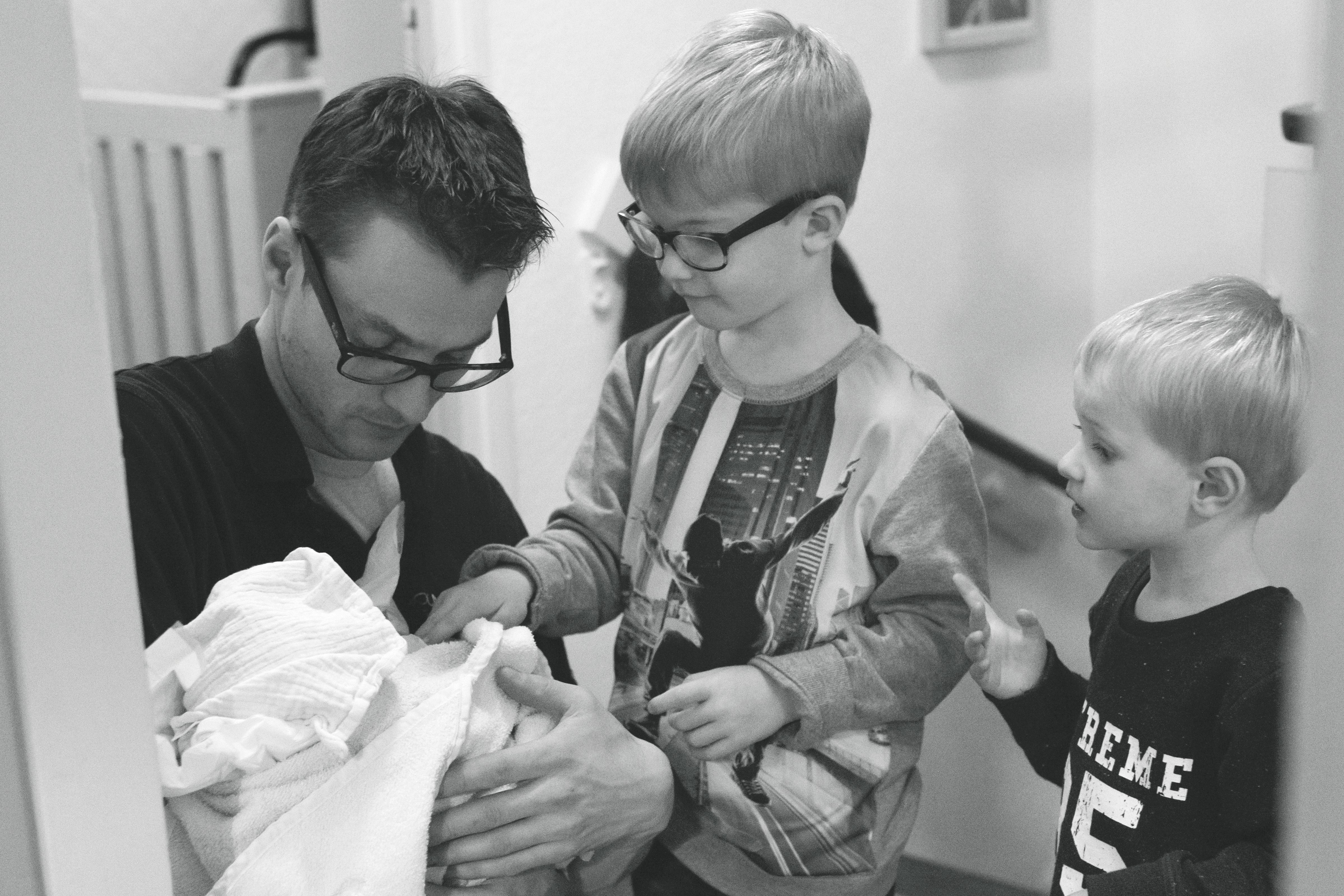 De bevalling - Suzanne beviel met haar twee zoontjes erbij: