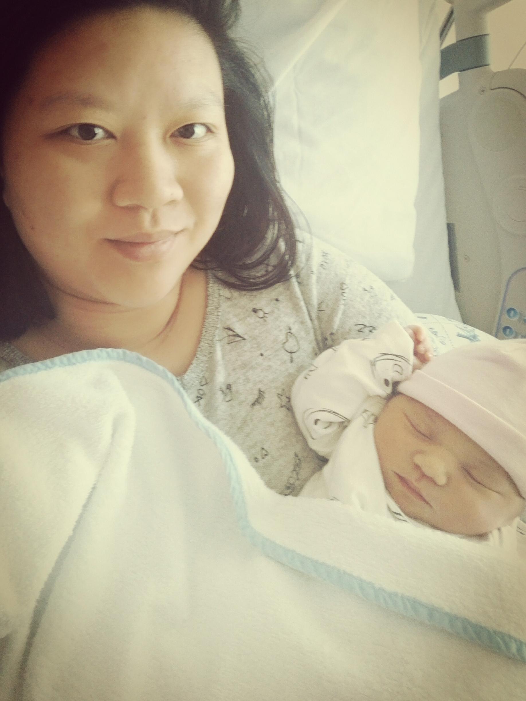 Muriel en Kyana na bevalling - Muriël werd geadopteerd uit China en heeft nu zelf een dochter: