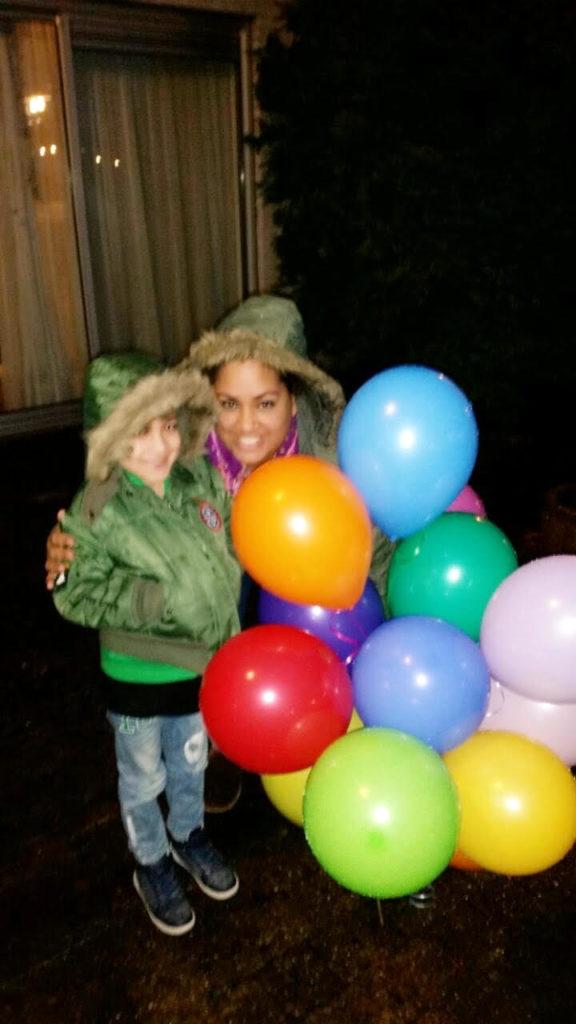 Jaydon en Wanda bij oplaten van ballonnen - Wanda over haar doodgeboren zoon Brandon