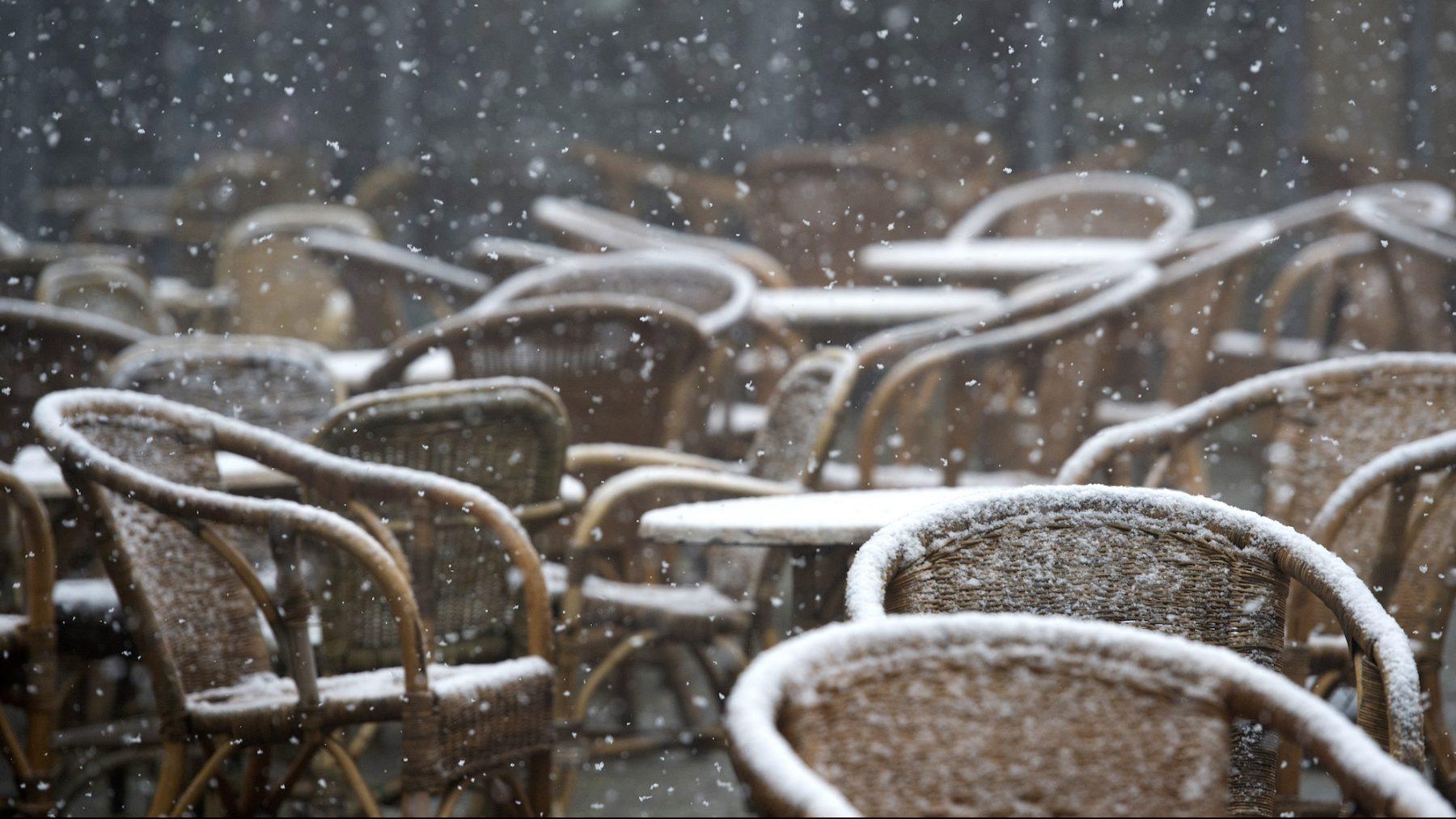 Natte sneeuw op het terras