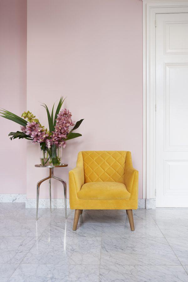 Gele stoel van Rivière Maison