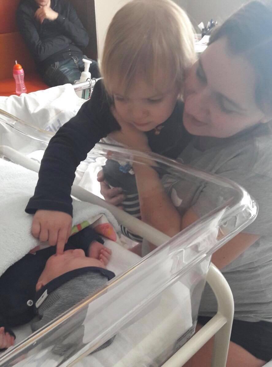 Eerste ontmoeting Finn en Tess - Chrissy was een dag na haar bevalling getuige op de bruiloft van haar zus