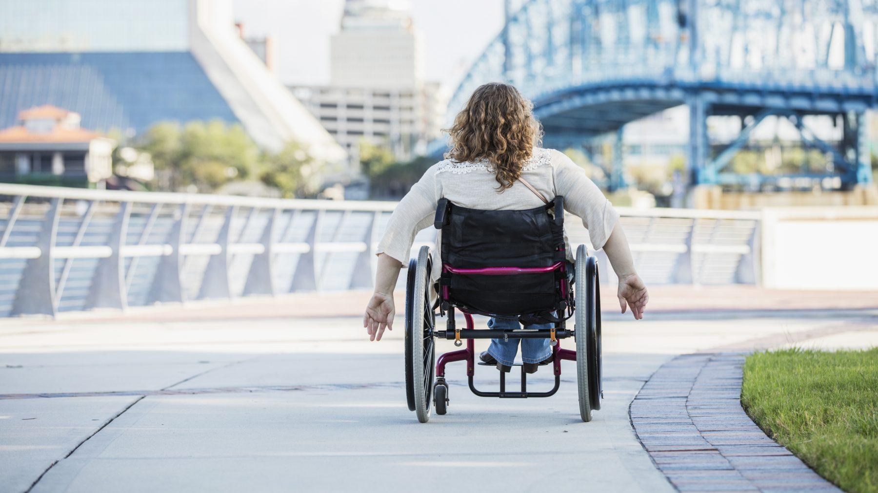 Vrouw in rolstoel