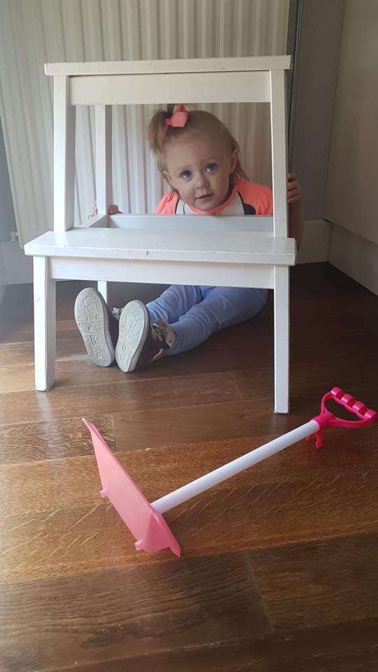 Esmée speelt verstoppertje met haar oma en kiest deze verstopplek