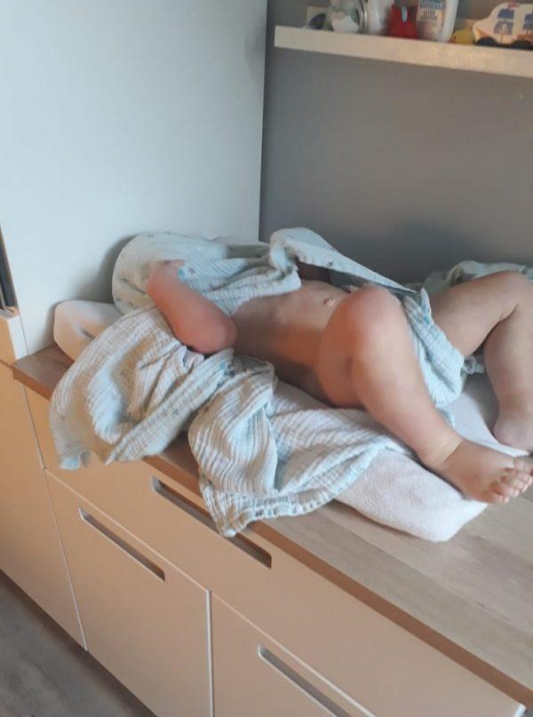 Kind verstopt zich na het douchen verstoppertje