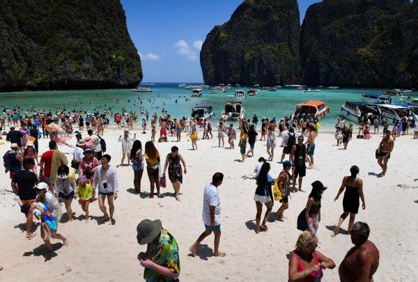 Toeristendrommen op Maya Beach in Thailand