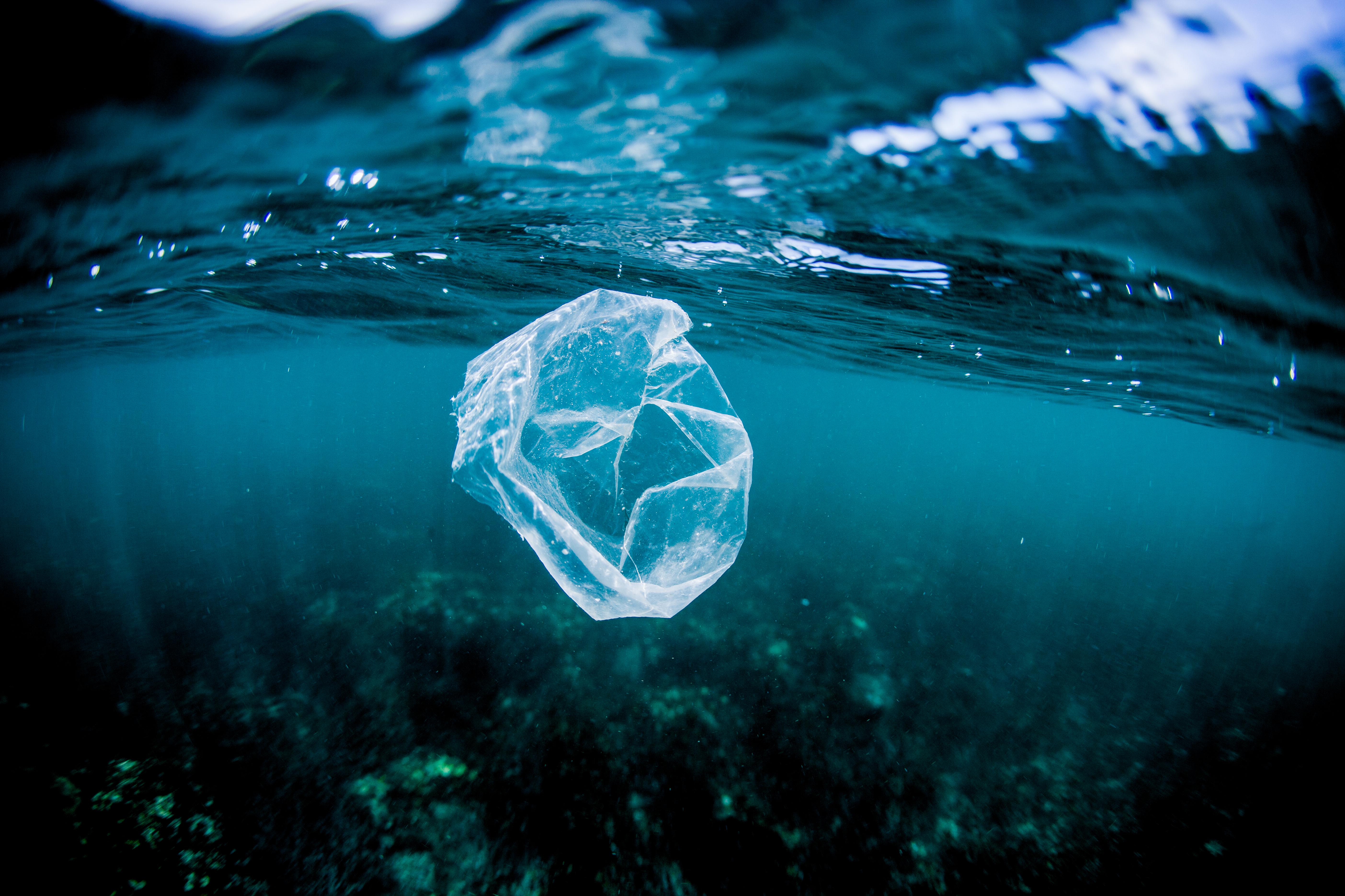 Plastic tas in de oceaan