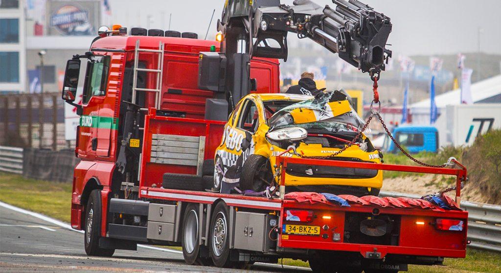 Romy Monteiro crash met auto op circuit Zandvoort