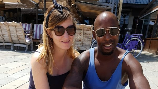 Renee en haar vriend op vakantie in Spanje waar Renee beviel van haar doodgeboren tweeling