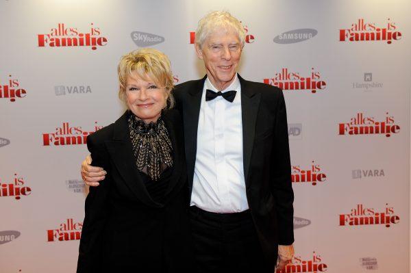 Martine Bijl met haar partner Berend Boudewijn op de première van Alles is Familie in 2012