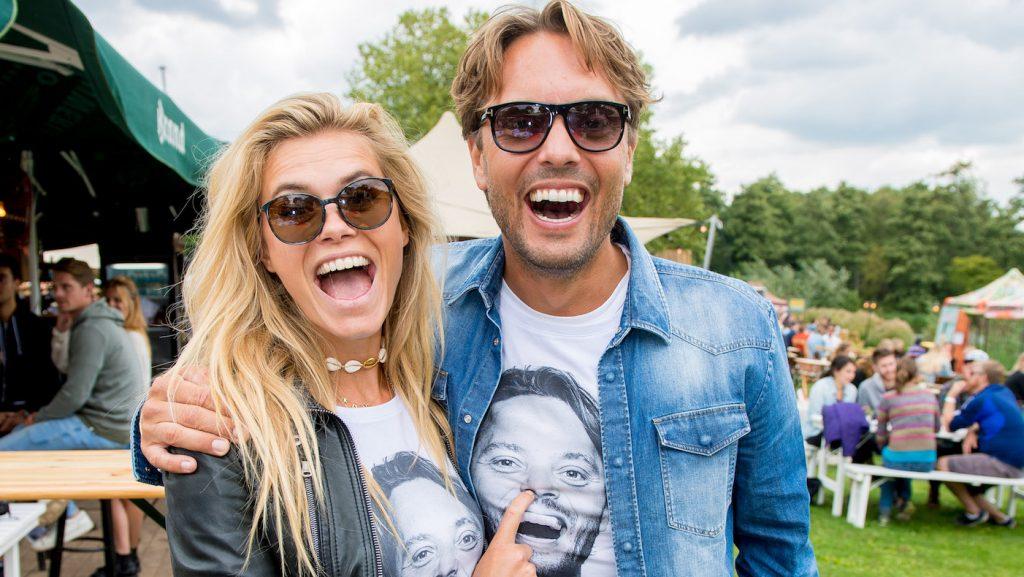 Bas Smit en Nicolette van Dam met hun shirts