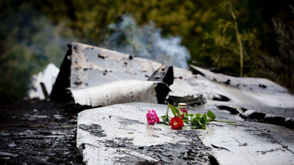 Bloemen op wrakstuk MH17