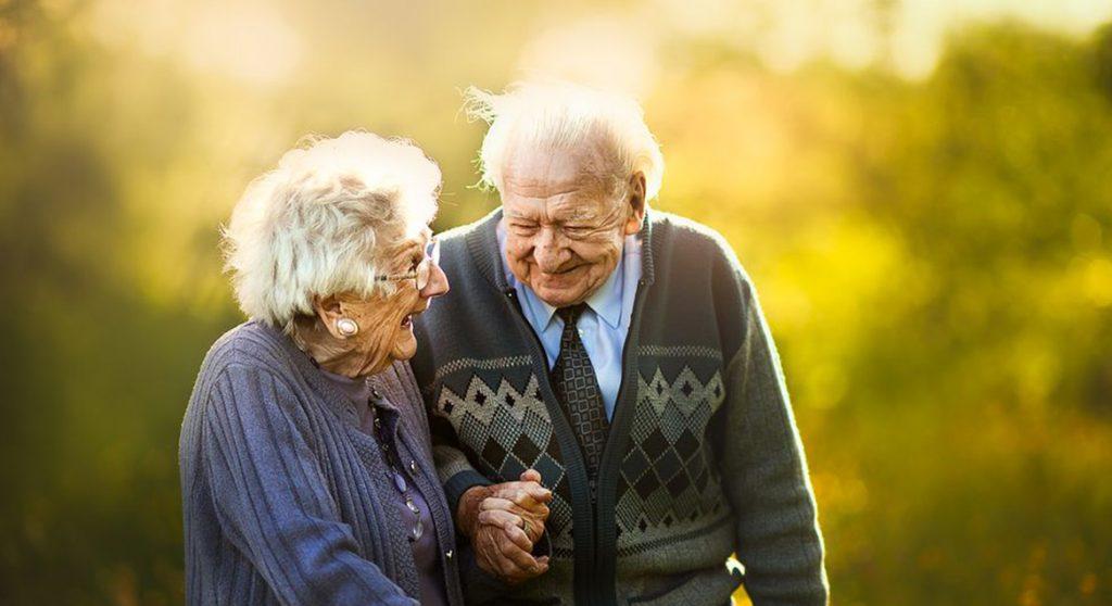 Deze fotografe legt oudere stellen vast alsof ze net verloofd zijn
