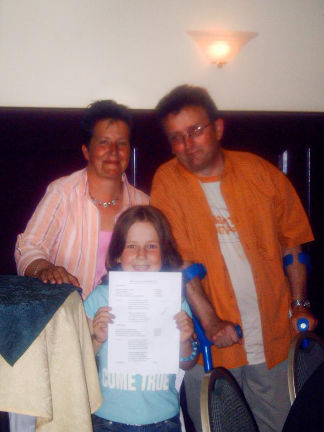 Babet met haar moeder en vader na het ongeluk waar haar vader hersenletsel aan overhield