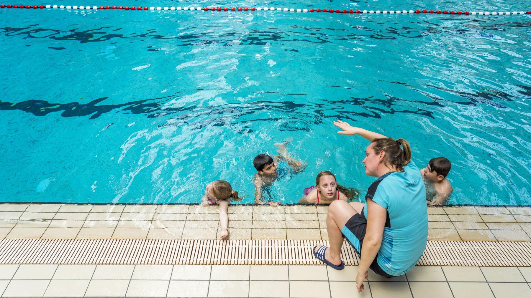 zwemles kinderen is zo duur dat sommige ouders het niet kunnen betalen