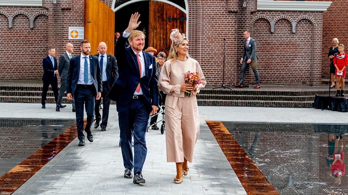 Koningspaar bezoekt Zuidwest-Drenthe zwaaien