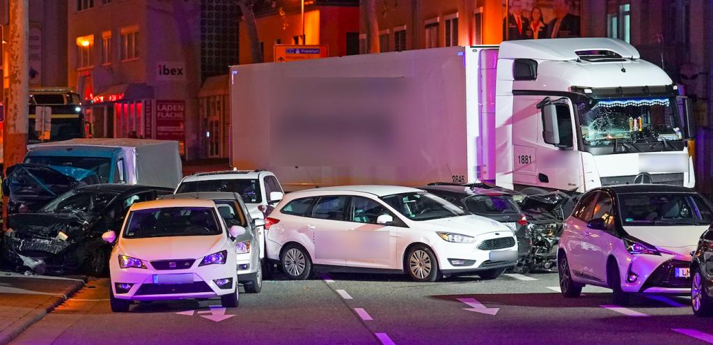 Man rijdt in Duitsland met vrachtwagen in op auto's, politie gaat uit van terrorisme