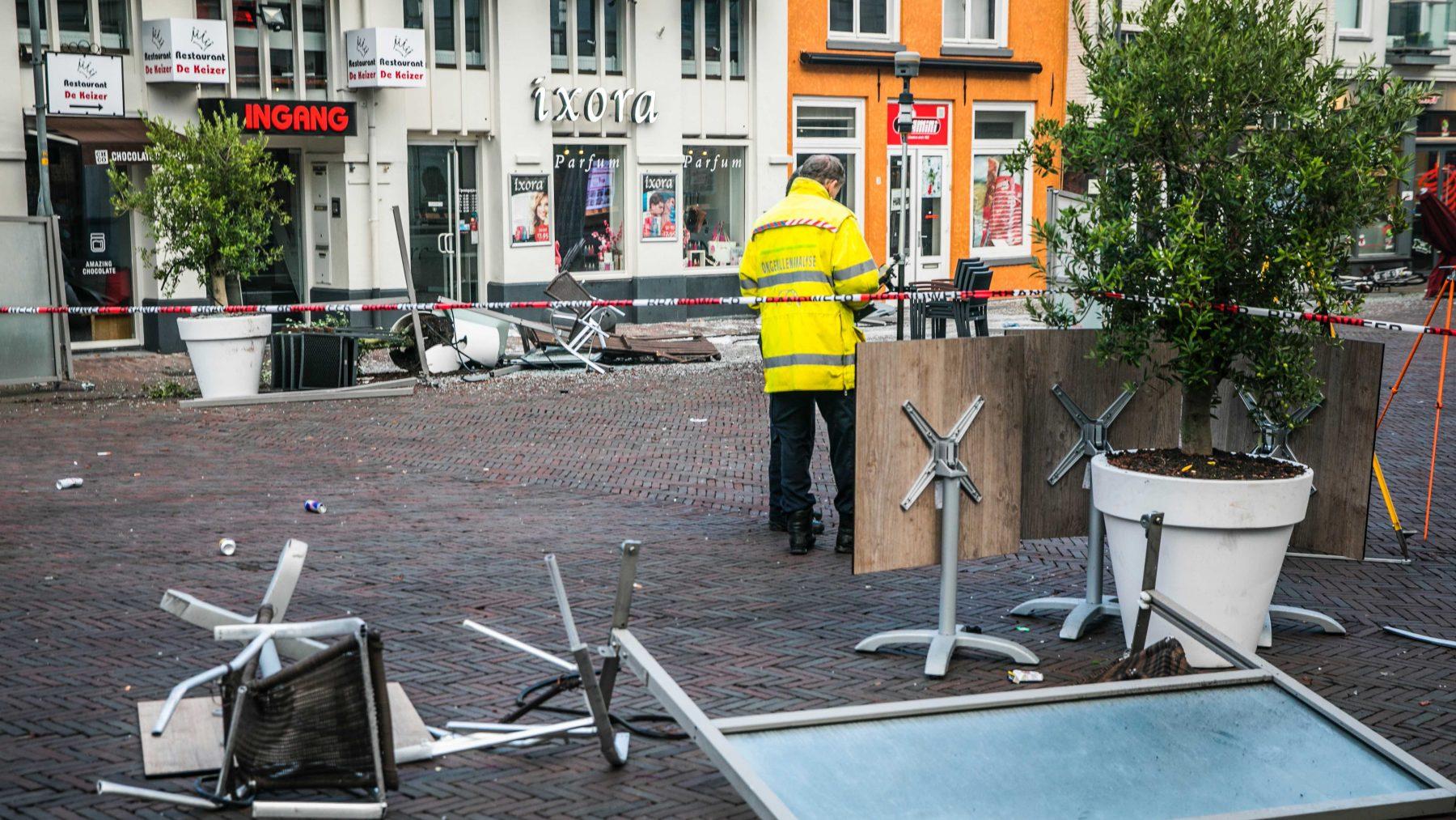 Auto rijdt in op terras in Deventer