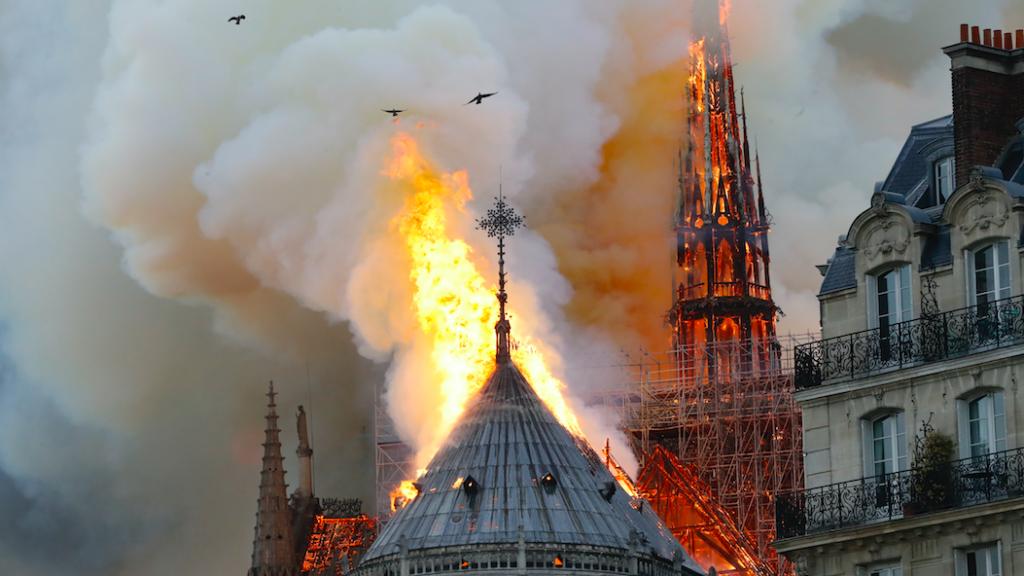 Deze foto van de Notre Dame - vlák voor de instorting - houdt Twitter bezig
