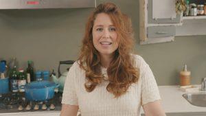 Eerste aflevering van Vegan met Vogel maakt Sanne Vogel een havermoutje