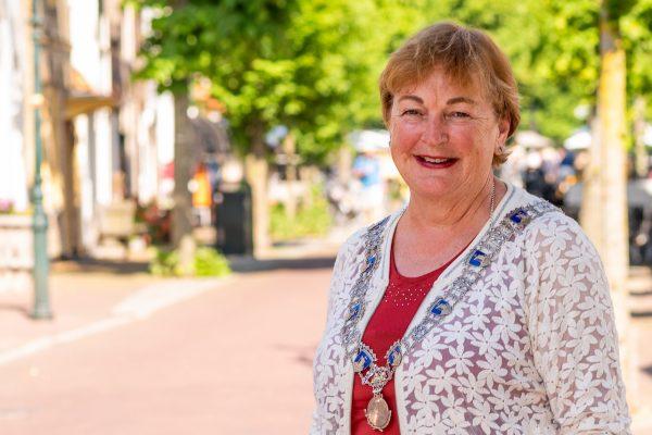 containerramp Wadden, burgemeester Tineke Schokker van Vlieland