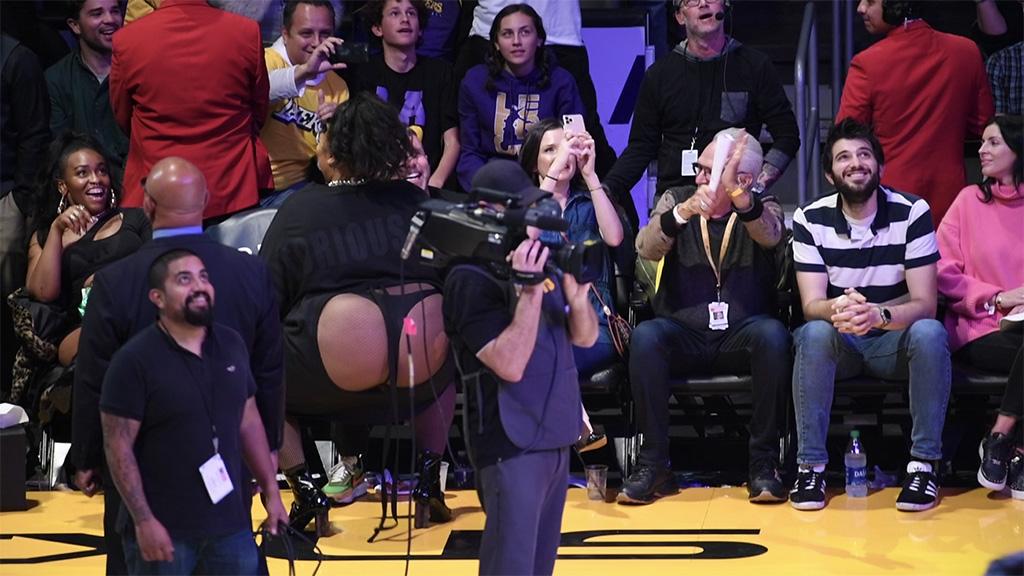 Zangeres Lizzo twerkt in een string bij basketbalwedstrijd