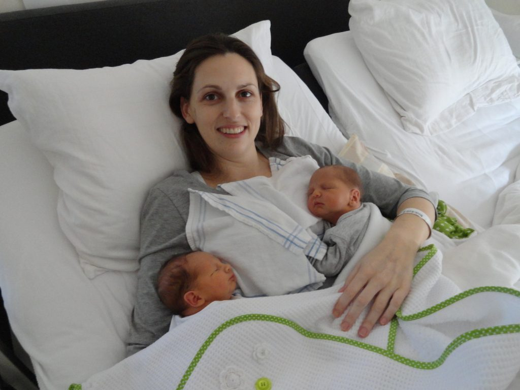 Judith en de tweeling in de kraamweek - na bevalling tijdens jaarwisseling