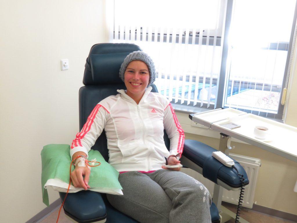 dochter Jaike in het ziekenhuis voor behandeling kanker