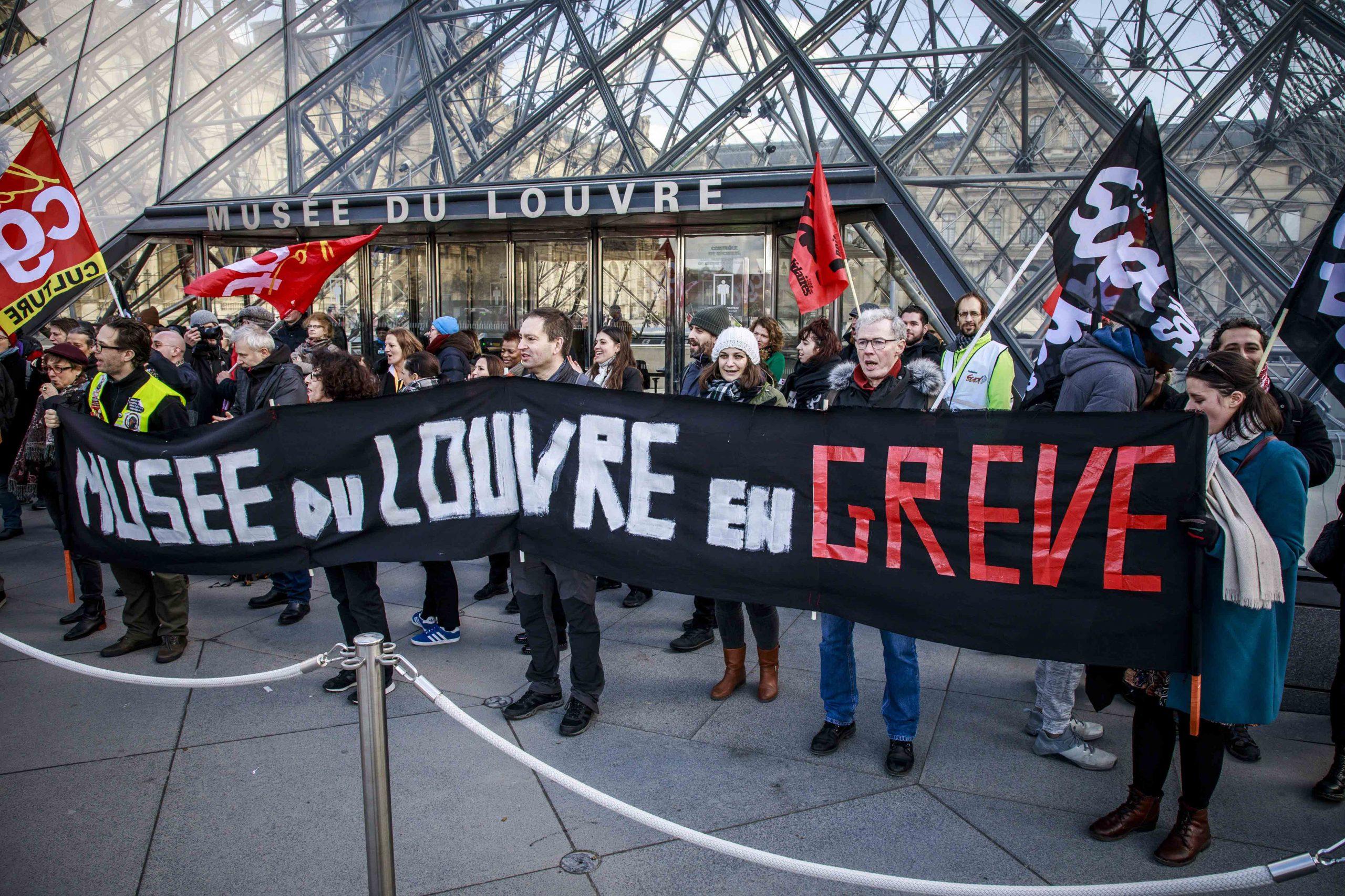 Demonstranten blokkeren de ingang van Louvre in Parijs