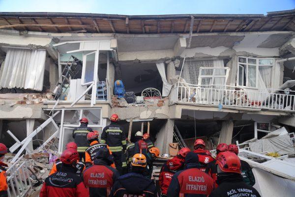 Vier slachtoffers van aardbeving Turkije na uren gered uit puin