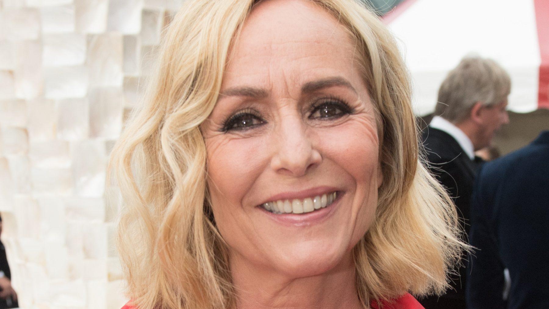 Lekker loeren: Angela Groothuizen straalt van oor tot oor (zónder make-up)