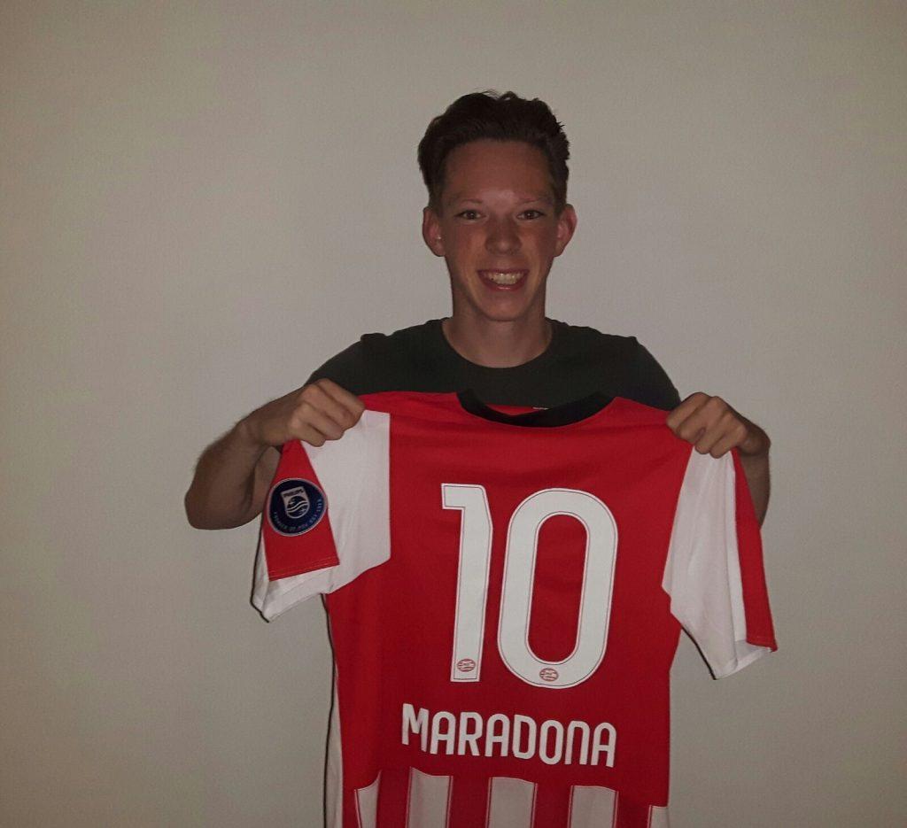 Daniël van Bokhoven met een PSV-shirt