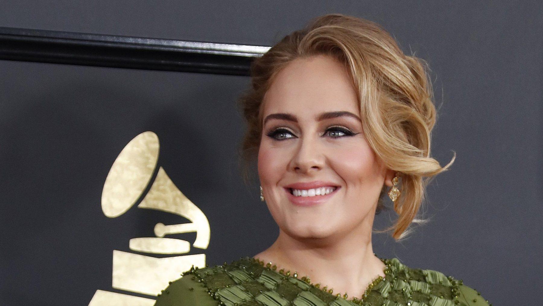 Zo, 'helló': afgevallen Adele 'bijna onherkenbaar' op feestje