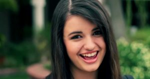 Thumbnail voor Rebecca Black geeft 9 jaar na Friday advies aan haar jongere ik