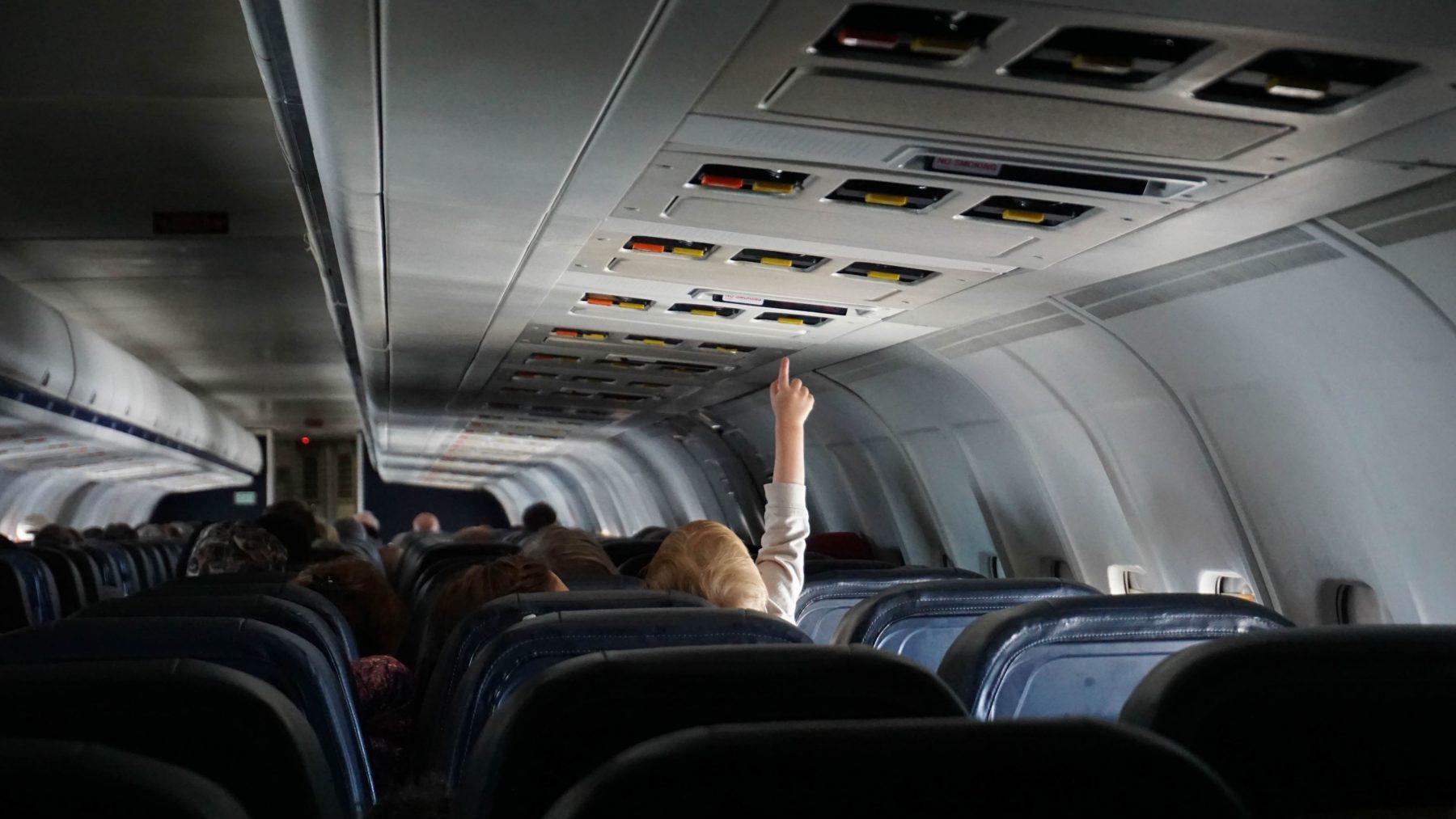 Deze kersverse ouders werden op een wel heel bijzonder manier verrast tijdens hun vlucht
