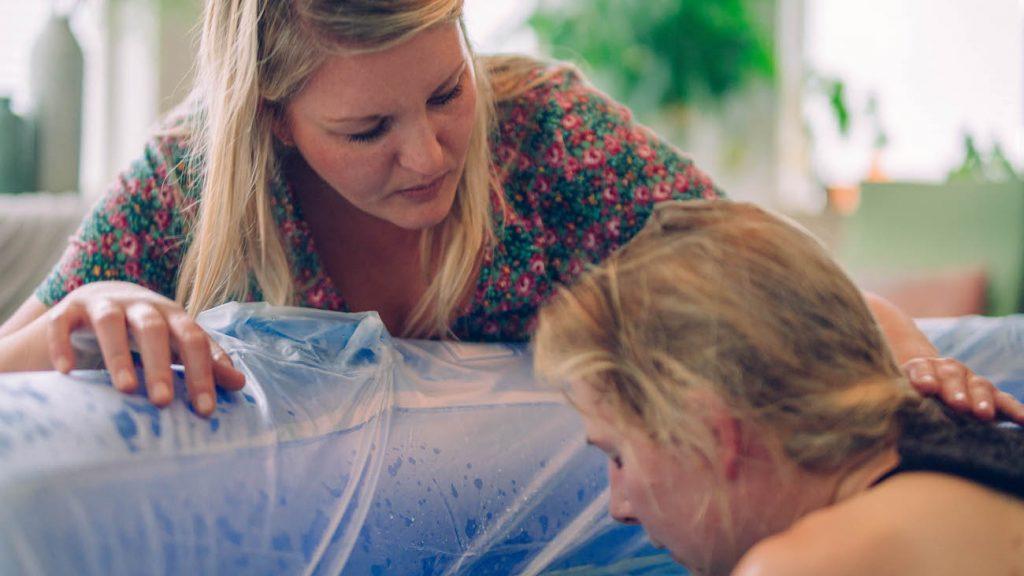 Doula Mulder bij een badbevalling