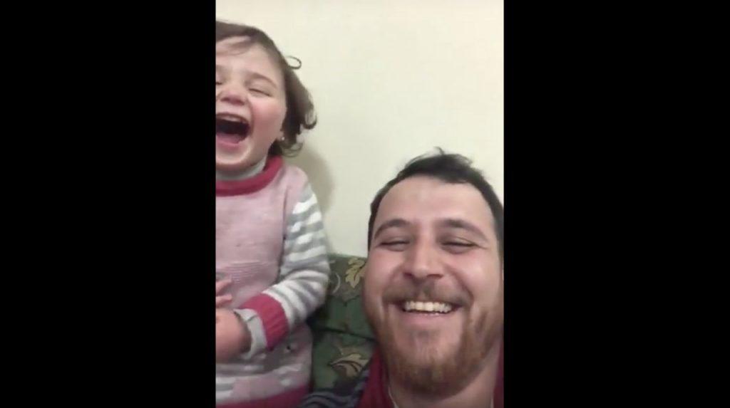Syrische vader maakt dochter wijs dat oorlog spel is, filmpje gaat viraal