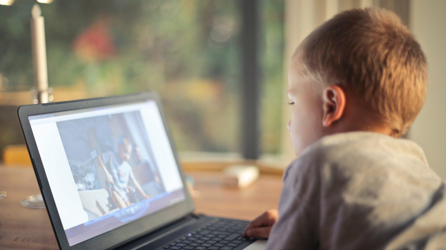 Inspectie zoekt uit of kindvloggers slachtoffer zijn van kinderarbeid