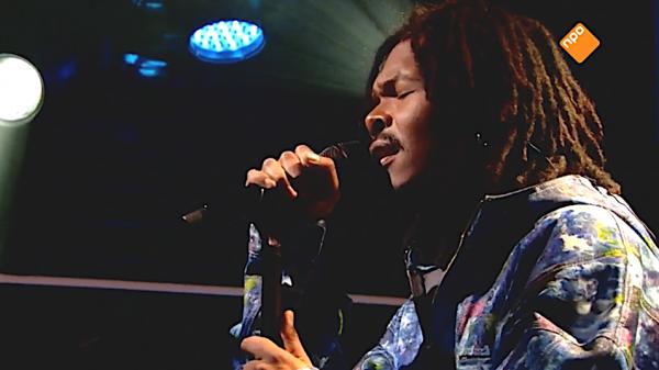Jeangu Macrooy zingt Grow live